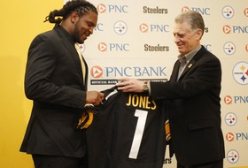 Georgia linebacker Jarvis Jones signs with the Pittsburgh Steelers